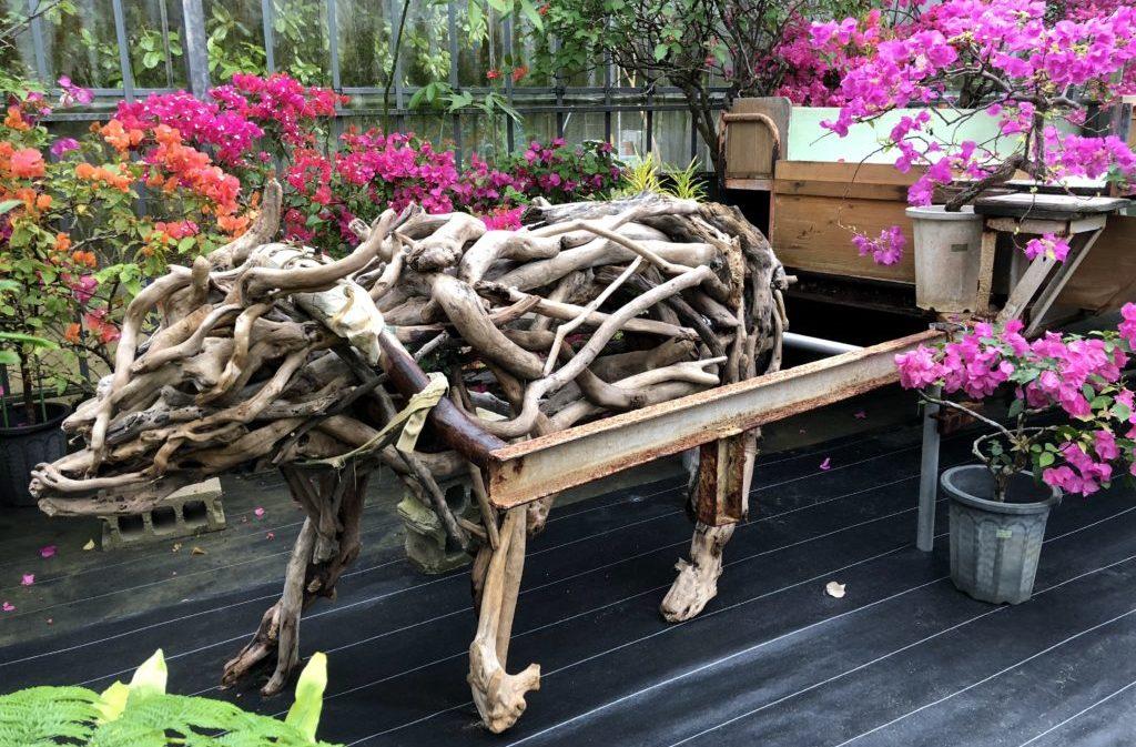 木で作られた水牛車オブジェ
