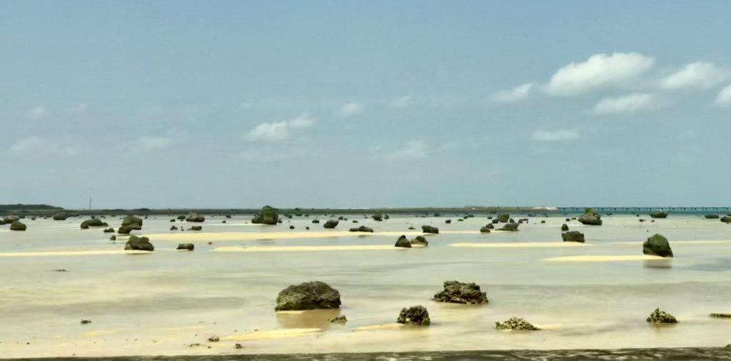 海岸沿い道路から見た佐和田の浜