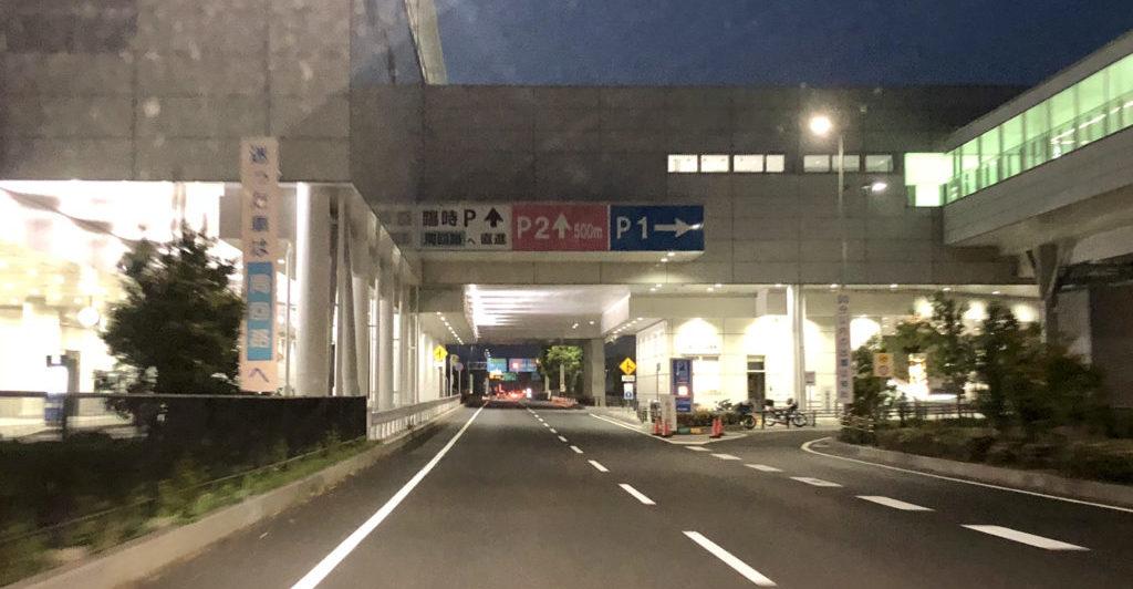 駐車場入口前の道!?