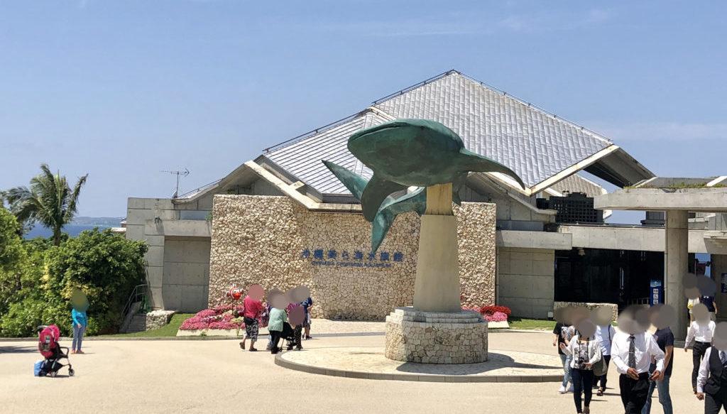 ジンベエザメの像