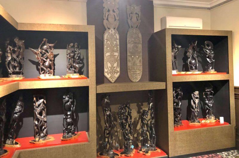 山手八番館 マコンデの彫刻