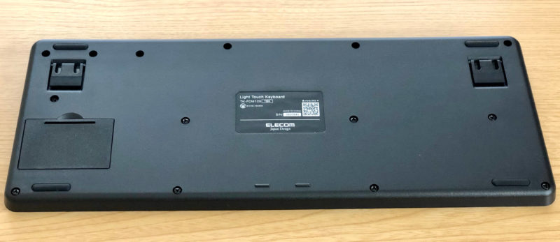 ELECOMのワイヤレスキーボードTK-FDM109Tの裏側
