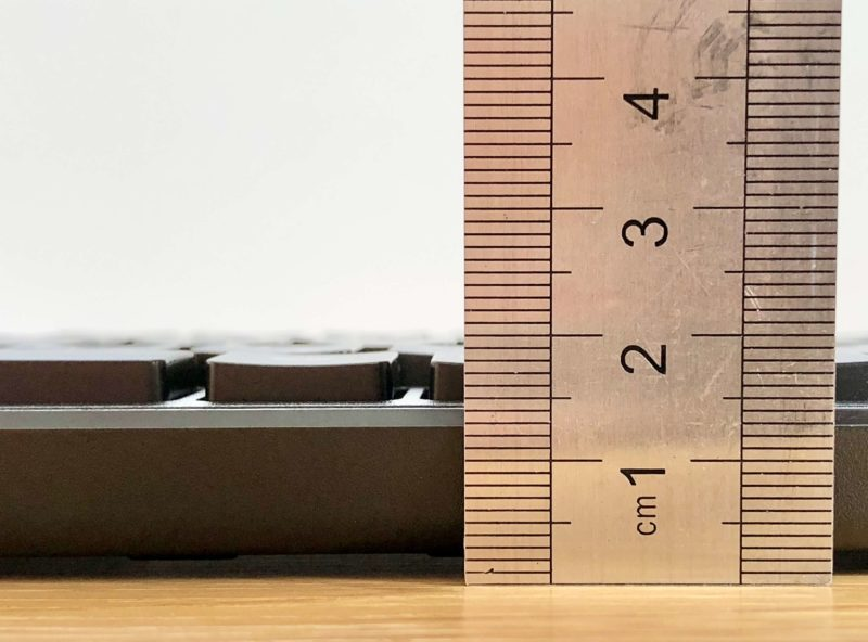 ELECOMのワイヤレスキーボードTK-FDM109Tの厚み