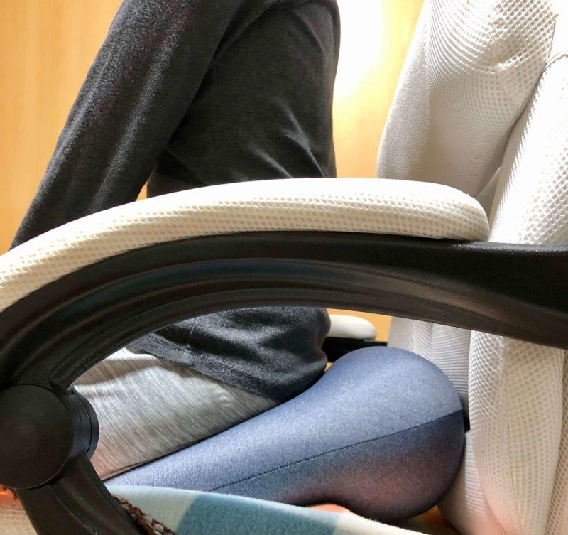 MOGU プレミアムホールクッションを椅子の上で使用
