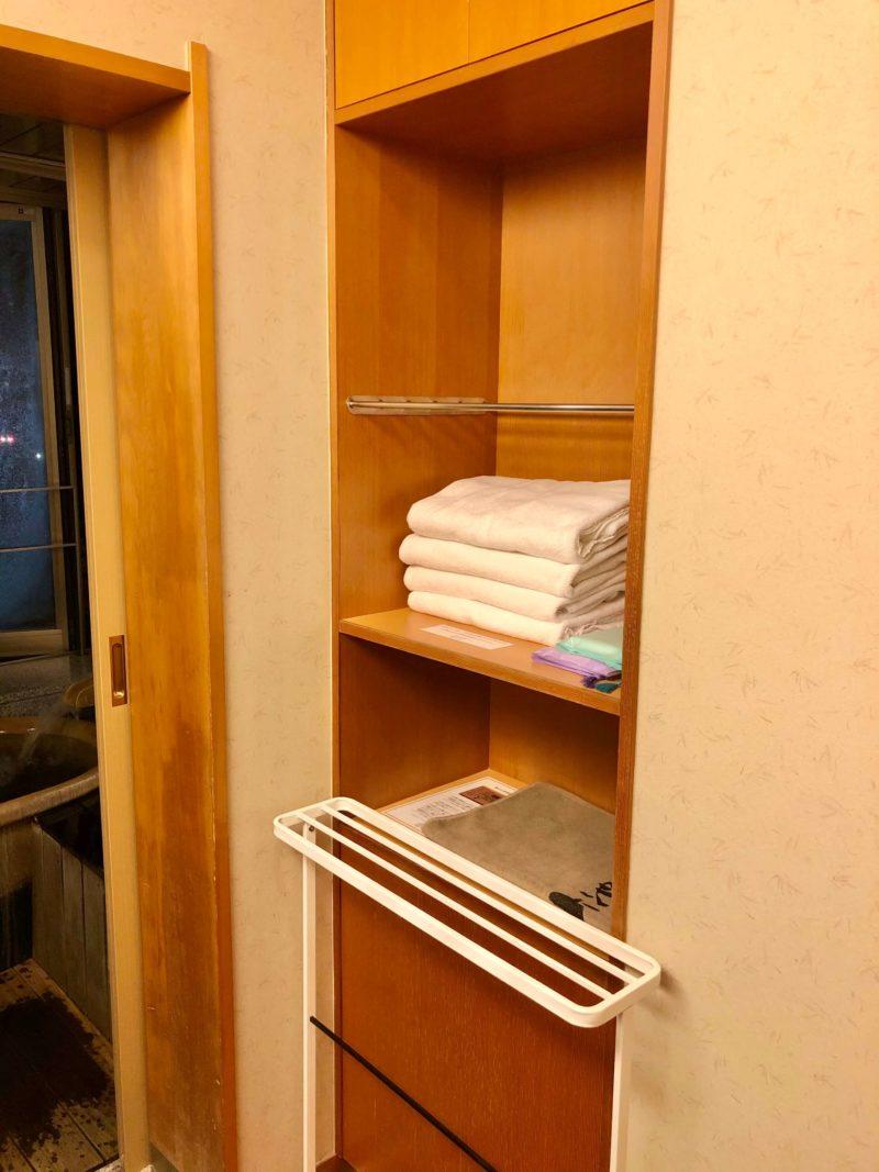 大池ホテル『別館 悠楽』のリビングソファー付き和室の洗面所
