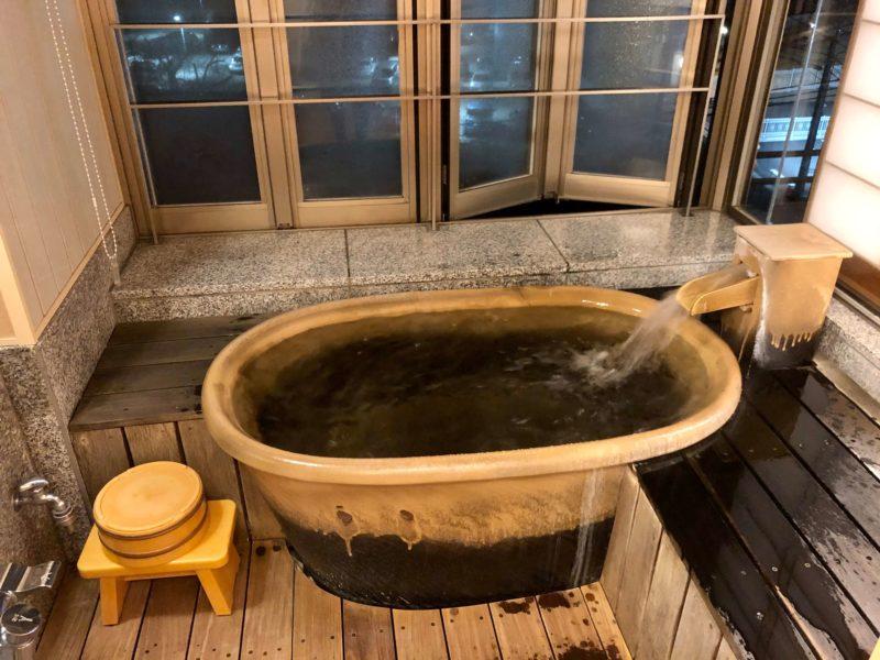 大池ホテル『別館 悠楽』のリビングソファー付き和室の露天風展望風呂