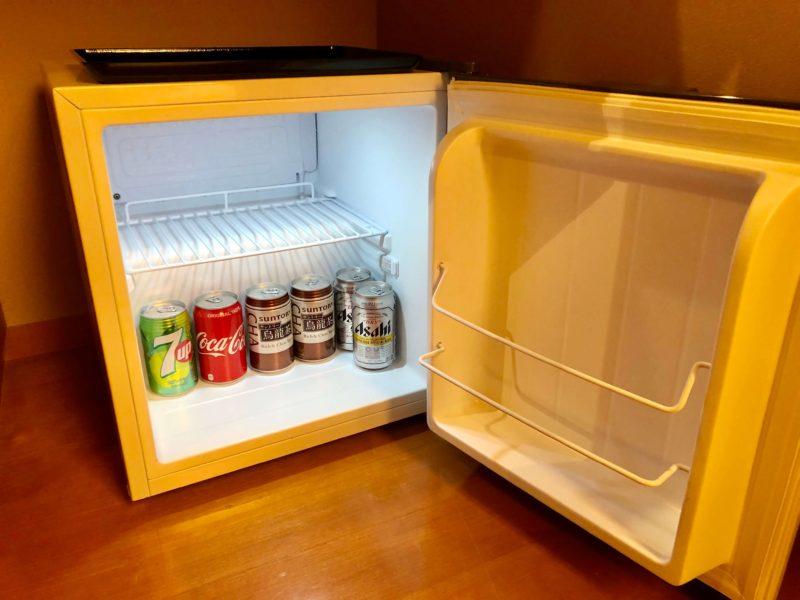 大池ホテル『別館 悠楽』のリビングソファー付き和室の冷蔵庫