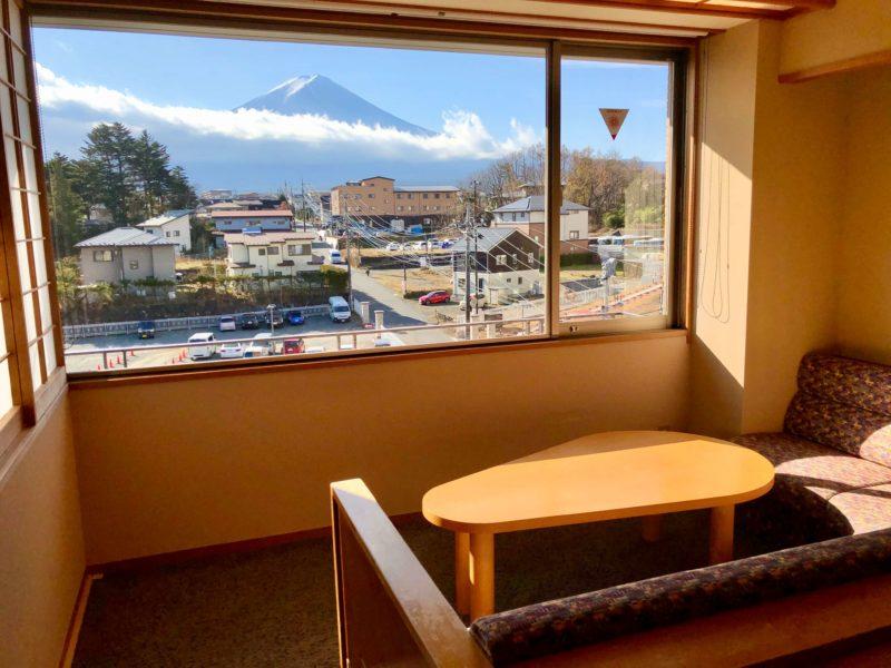 大池ホテル『別館 悠楽』のリビングソファー付き和室から見る富士山
