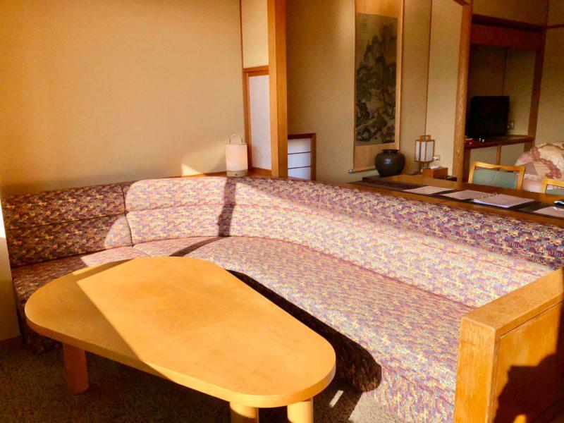大池ホテル『別館 悠楽』のリビングソファー付き和室