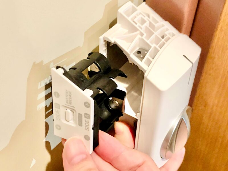 SADIOT LOCKの設置方法(電池ホルダーの取り出し方)