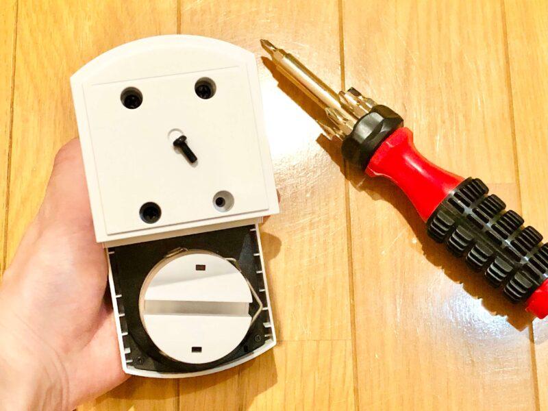 SADIOT LOCKの設置方法(本体とスペーサーをネジで固定する)