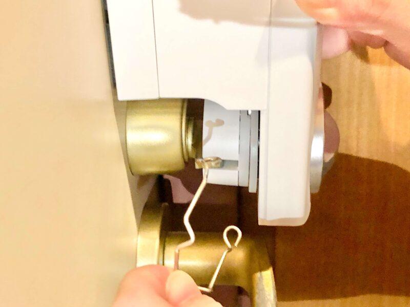 SADIOT LOCKの設置方法(押さえ金具を取り外す)